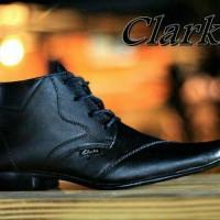 sepatu pantofel pria kulit clarks terbaru. sz 39-43. gratis kaos kaki